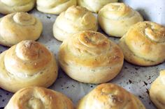 Rosemary and Olive Oil Dinner Rolls | thetwobiteclub.com