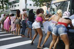 Prostitutas param o trânsito por uma hora na Avenida Amaral Peixoto, em Niterói - O Dia 24 Horas - O Dia