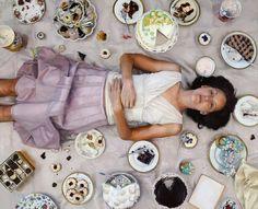 Schilderij Lee Price-Gallery Henoch Vrouwen en hun relatie met voedsel zijn een vast thema in het realistische schilderwerk van Lee Price. Zoals bijvoorbeeld in inFull: in een klassiek experiment naar zelfbeheersing moesten mensen koekjes weerstaan.