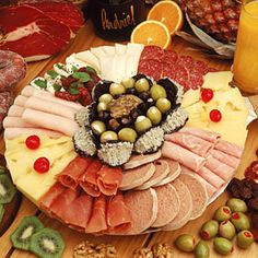 tabla-de-fiambres-picada Party Trays, Party Platters, Tapas, Cheese Platers, Brunch Buffet, Food Displays, Food Platters, Appetizers, Appetizer Recipes