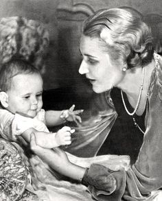 Joseph Goebbels'  wife Magda (1901-1945) with their second daugther Hildegard (1934-1945) in 1934.