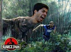 Suarez Park • Urugwajczyk goni Giorgio Chielliniego • Luis Suarez stał się dinozaurem w Parku Jurajskim • Zobacz śmieszne zdjęcie >> #suarez #football #soccer #sports #pilkanozna #funny