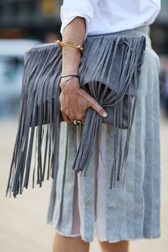 Suede fringe is absolutely EVERYTHING. Love this oversized clutch with fringe detailing. Fashion Details, Look Fashion, Fashion Bags, Fashion Trends, Style Work, My Style, Fringe Bags, What To Wear, Cross Body