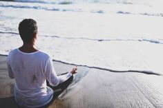 Świadomość oddechu jest najważniejszym elementem sesji oddechowej. Dlatego koncentracja jest kluczowa, aby osiągnąć jak najlepsze rezultaty. Jeżeli nie jesteśmy skupieni na oddechu i błądzimy gdzieś w swoich myślach, nasza sesja oddechowa nie będzie efektywna. Dlatego w tym wpisie poznasz skuteczne sposoby na zwiększenie świadomości swojego oddechu. 3 sposoby na zwiększenie efektywności sesji oddechowej to: Dźwięk [...] Artykuł Ćwiczenia oddechowe – jak wykonywać efektywnie? 3 wskazówki po Mens Tops, T Shirt, Fashion, Moda, Tee, Fasion, Trendy Fashion, Tee Shirt, La Mode