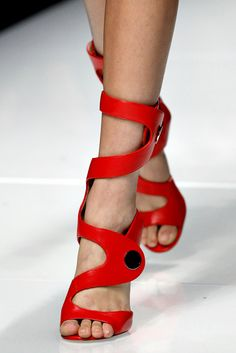 Versace Spring 2011 Ready-to-Wear Fashion Show Details Chaussure Botte,  Chaussures Rouges de44308a259