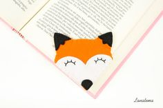Felt fox bookmark  If you love foxes and their characteristic orange fur, this corner bookmark is perfect for you. I used orange and white felt and i sewed smiling eyes on it with black cotton. • Felt: white, orange, black • Size: 3 x 3 • Items come from a smoke free home  A different bookmark for every different kind of book you are reading; https://www.etsy.com/it/shop/Lanatema?section_id=16200628&ref=shopsection_leftnav_4  Before the purchase, read the shipping and payment info…