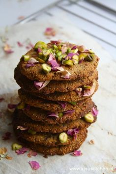 Rose and pistachio cookies
