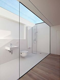 O banheiro minimalista de Ian Shaw Architekten criou uma base clean ideal para destacar a vista especial para o céu, compensando a falta… Eco Bathroom, Bathroom Trends, Modern Bathroom Design, Bathroom Interior, Small Bathroom, White Bathroom, Skylight Bathroom, Paint Bathroom, Industrial Bathroom
