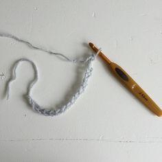 Tæppet er en enkelt kombination af fm og stgm.  Brug altid en hæklenål der er et nummer eller to større, end anbefalet på garnet. Så bliver tæppet blødt og lækkert.    Slå lm løst op. (Mønsteret er deleligt med 3+3)    Vend med 2 lm.  Hækl 2 stgm i 3. lm, *spring 2.... Creative
