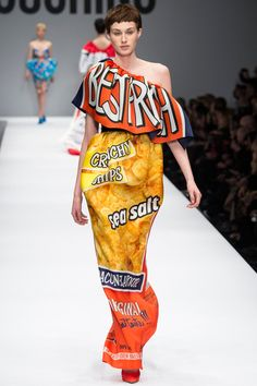 See all the Collection photos from Moschino Autumn/Winter 2014 Ready-To-Wear now on British Vogue News Fashion, Pop Art Fashion, Runway Fashion, High Fashion, Fashion Show, Fashion Design, Milan Fashion, Moschino Glamour, Mode Costume