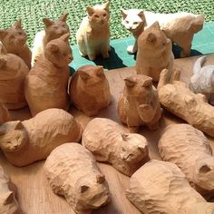 carved wood cat Whittling Patterns, Whittling Projects, Whittling Wood, Wood Carving Designs, Wood Carving Patterns, Art Carved, Carved Wood, Soap Carving, Wood Cat