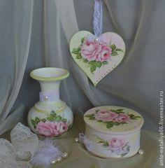 Набор `Нежность`. Набор из трех предметов для интерьера спальни в стиле шебби-шик .Нежный и романтичный украсит туалетный столик. Для любого возраста.  Съемная часть деревянной вазочки дает возможность поставить живые цветы.