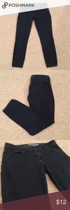 Old Navy Rockstar Skinnies Stretchy Skinny Jeans Rockstar Cut Size 12. There is a spot on the right leg that I think may be paint. Not as noticeable in person as in this pic but it's there. Old Navy Jeans Skinny