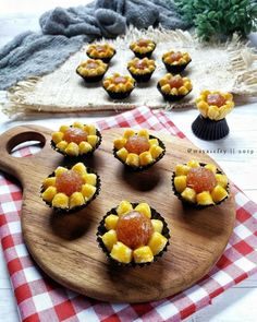 Resep nastar kekinian istimewa Indonesian Desserts, Indonesian Food, Banana Roll, Cake Oven, Cookie Recipes, Dessert Recipes, Resep Cake, Jam Tarts, Oreo Fudge