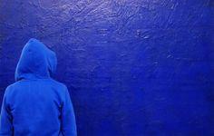 Si le bleu est la couleur préférée des Européens aujourd'hui, loin devant le vert et le rouge, il n'a pas toujours été plébiscité. À l'aide d'illustrations et d'extraits de films, Michel Pastoureau revient sur la longue histoire du bleu dans les sociétés européennes, depuis les pratiques sociales (lexiques, teintures, vêtements, emblèmes) jusqu'au monde des symboles, en passant par la création artistique et littéraire.
