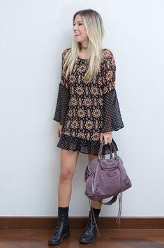 Nati Vozza do Blog de Moda Glam4You usa vestido estampado e coturno num look boho e cheio de graça.