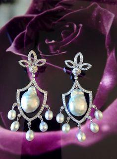 """Par de brincos """"chandelier"""" em ouro branco com pérolas deformadas e brilhantes."""