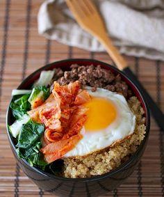 Il #bibimbap è un piatto tipico coreano che si presenta generalmente come un misto di riso, verdure, uovo fritto e carne, con l'aggiunta di salsa di peperoncino. Qui una variante con #quinoa, #manzo e cavolo cinese! #corea #recipe #beef