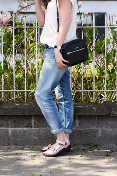 casual outfit: boyfriend jeans and Teva sandals