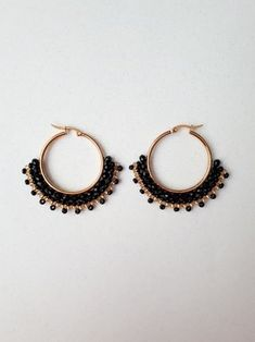 CANDONGAS NEGRO Y DORADO Diy Earrings, Earrings Handmade, Handmade Jewelry, Hoop Earrings, Diy Jewelry Inspiration, Bead Weaving, Necklace Designs, Beaded Jewelry, Vintage Jewelry