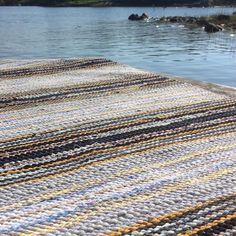 Kuvan mahdollinen sisältö: ulkoilma, vesi ja luonto Rag Rugs, Woven Rug, Carpets, Weaving, Home Decor, Rug Weaves, Farmhouse Rugs, Knit Rug, Rugs