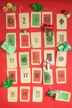 Iron on advent calendar. Print on transfer paper, iron onto small cloth bags and you have instant adorable advent. Christmas Countdown, Christmas Calendar, Noel Christmas, Christmas And New Year, All Things Christmas, Christmas Colors, Vintage Christmas, Make An Advent Calendar, Diy Calendar
