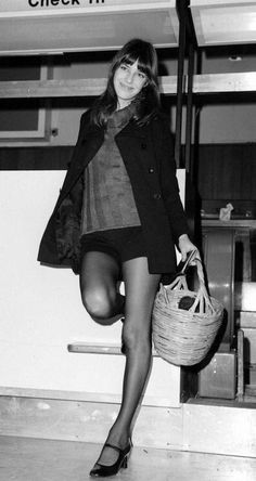 Fashion Jane Birkin et son fameux panier ! Jane Birkin and her beloved basket. Parisienne Chic, 60s And 70s Fashion, Vintage Fashion, Gainsbourg Birkin, Jane Birkin Style, Charlotte Gainsbourg, Street Looks, French Girls, I Love Girls