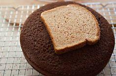 Mettez une tranche de pain sur le dessus d'un gâteau pour le conserver moelleux