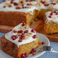 Glasur på gulrotkake er det aller beste med kaken. Kjendisbakeren bruker ikke melis i glasuren, men bruker italiensk marengs i glasuren til gulrotkaken!