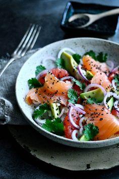 Nem røget laks opskrift | www.juliekarla.dk Danish Food, Fabulous Foods, Caprese Salad, Starters, Avocado, Healthy Recipes, Healthy Food, Food And Drink, Lunch