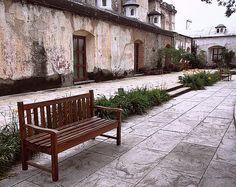 Un banca de madera / Centro Español, Antigua Guatemala / Photo by Roxana Gark