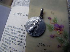 Antique Joan of Arc Bienheureuse Silver religious medal - French vintage jewelry with hallmark  Lovely medal of Bienheureuse Joan of Arc. Beautifully detailed . Size : 1cm diametre without top loop or bail. Sivler : Hallmark on top loop Condition : Please see picture. Original picture without any editing