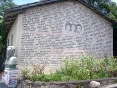 """Memoria de Cinquera- Hacia 1984 la población de San Francisco Echeverría ya no vivía en el centro del cantón, sino que permanecía en el """"monte"""" y en los cerros aledaños. La masacre ocurrió específicamente entre el 19 y 22 de julio de 1984, durante el operativo del Batallón Atlacatl denominado """"tierra arrasada""""."""