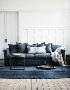 vita väggar, väggpanel, hög panel,blå soffa, linnesoffa, linne, såpat golv, furugolv, plankgolv