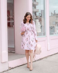 I love Fall Florals – usually when you're wearing something very feminine, you need to balance it with a bit of edge…but with Fall Florals, the colour palette features dark undertones, so it's feminine AND… Look Casual, Casual Chic, Casual Wear, Cute Spring Outfits, Pink Outfits, Suit Fashion, Mom Fashion, Clothing Blogs, Spring Street Style