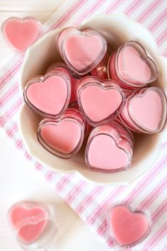 DIY Homemade Lip Gloss DIY Strawberry Lip Gloss is perfect for kissable lips! Cute Valentine treat in these fun heart containers. This whips up in minutes and tastes & smells great! Homemade Lip Balm, Homemade Moisturizer, Diy Lip Balm, Homemade Skin Care, Homemade Beauty Products, Lush Products, Lipgloss Diy, Lipsticks, Diy Beauté
