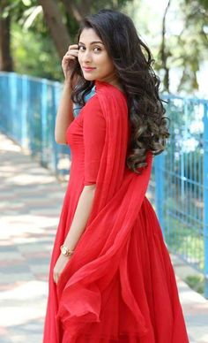 5 Dress Styles That Will Make You Look Thinner. While particular ladies wear products you see on the runway might look terrific on models, they might not look great on every woman. Beautiful Girl Photo, Cute Girl Photo, Beautiful Girl Indian, Girl Photo Poses, Beautiful Indian Actress, Girl Poses, Stylish Girls Photos, Stylish Girl Pic, Stylish Photo Pose
