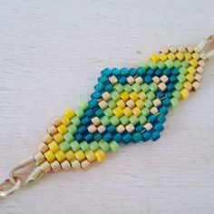 End pieces are very clever Beaded Jewelry Designs, Bead Jewellery, Jewlery, Loom Beading, Beading Patterns, Beaded Earrings Native, Summer Bracelets, Bead Loom Bracelets, Brick Stitch