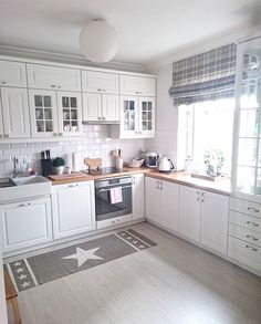 30 Designs Perfect for Your Tiny Kitchen White Kitchen Cabinets Designs Kitchen kitchencabinetskitchenrugskitchenide Perfect Tiny Kitchen Room Design, Kitchen Interior, New Kitchen, Kitchen White, Kitchen Modern, Kitchen Ideas, Kitchen Small, Life Kitchen, French Kitchen Decor