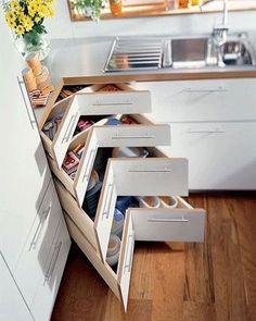 Gavetas aproveitando o canto do armário. Pinterest:  http://ift.tt/1Yn40ab http://ift.tt/1oztIs0 |Imagem não autoral|