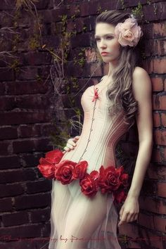 lovely corset with roses, gorgeous! Corsets, Maybelline, Sexy Korsett, Pin Up, Corset Costumes, White Corset, Lace Tights, Couture, Marie Antoinette