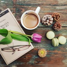 Caffè e lettura #la_coffee #raw_coffee #fever_coffeetime #raw_flatlays #country_stilllife #9vaga_coffee9 #flatlay_hp