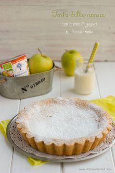 Torta della nonna con crema di yogurt,mele e cannella