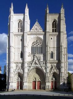 Façade de la cathédrale La cathédrale Saint-Pierre-et-Saint-Paul (appelé aussi localement « cathédrale Saint-Pierre ») est une cathédrale catholique romaine située sur la place Saint-Pierre, à Nantes (Loire-Atlantique). Elle est la cathédrale du diocèse de Nantes, siège de l'évêque de Nantes. Sa construction s'est étalée sur 457 ans, de 1434 à 1891, mais ces délais n'altèrent en rien la qualité ni la cohérence de son style gothique