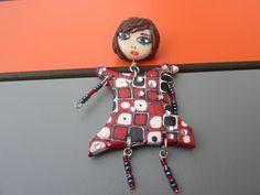 broche poupée articulée rouge noire : Broche par oeil-de-tigre