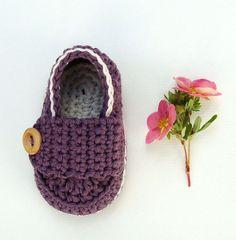 Crochet botitas de bebé, zapatos de bebé de color púrpura, mocasines, de color púrpura oscuro y blanco, tamaño 0/3 meses listos para enviar con caja de regalo