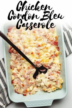 Low Carb Recipes This easy low carb and keto chicken cordon bleu casserole is all of the flavors you grew up on, without all of the work! This is such an easy weeknight dinner the whole family will love. Chicken Cordon Blue Casserole, Cordon Bleu Casserole, Chicken Cordon Bleu, Low Carb Chicken Casserole, Keto Casserole, Casserole Recipes, Poulet Keto, Seared Salmon Recipes, Keto Recipes