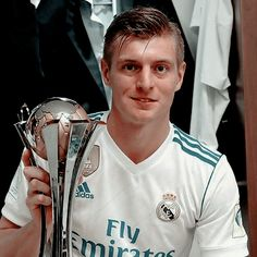 ✦ #tonikroos #realmadrid Real Madrid Wallpapers, Toni Kroos, Light Of My Life, Football Players, Soccer, Soccer Players