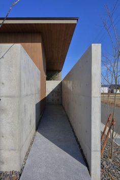池田の家 | 株式会社SYNC Entrance, Architecture Design, Garage Doors, Modern Houses, Outdoor Decor, Homes, Home Decor, Life, Arquitetura