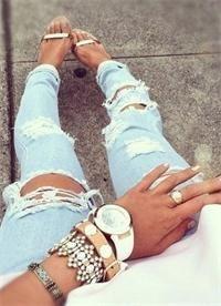Дырявые джинсы.. Первые Дырявые джинсы.появились в 80-х годах. Это была эпоха протеста, самовыражения и бунтарского настроения. Преимущественно такие штаны носили панки. Никто не делал специальные акк...